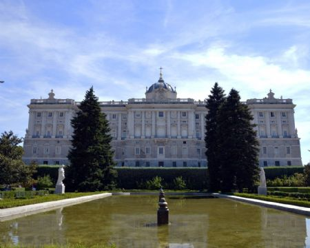 Walk around the Royal Palace and Gardens in Aranjuez